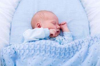 Poduszka dla niemowlaka? Bezpieczniej bez
