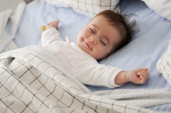 Poduszka dla niemowlaka klin – czy warto?