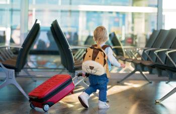 Co i jak spakować do podróży samolotem z małym dzieckiem?