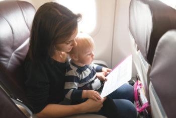 Lot samolotem z dzieckiem – o czym musisz wiedzieć?