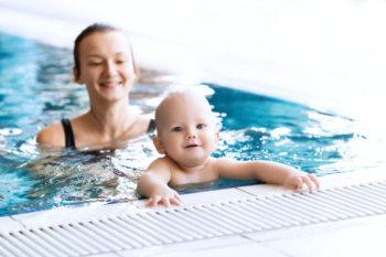 Niemowlę na basenie – jak się przygotować do pierwszej wizyty?