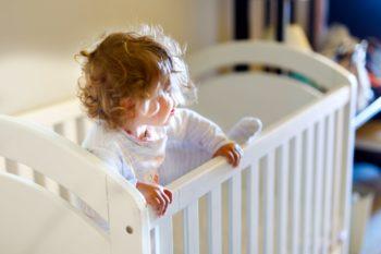 Jak długo dziecko powinno spać w łóżeczku?