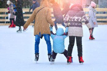Aktywna zima – jak bezpiecznie uprawiać zimowe sporty z dzieckiem?